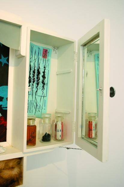 Cémignon ou la synthèse détail, Armoire de toilette, peintures et objets, 2008