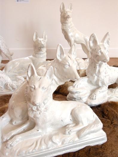 Nous, les chiens, détail1, Installation, chiens en plâtre peints et fourrures 2007 2008