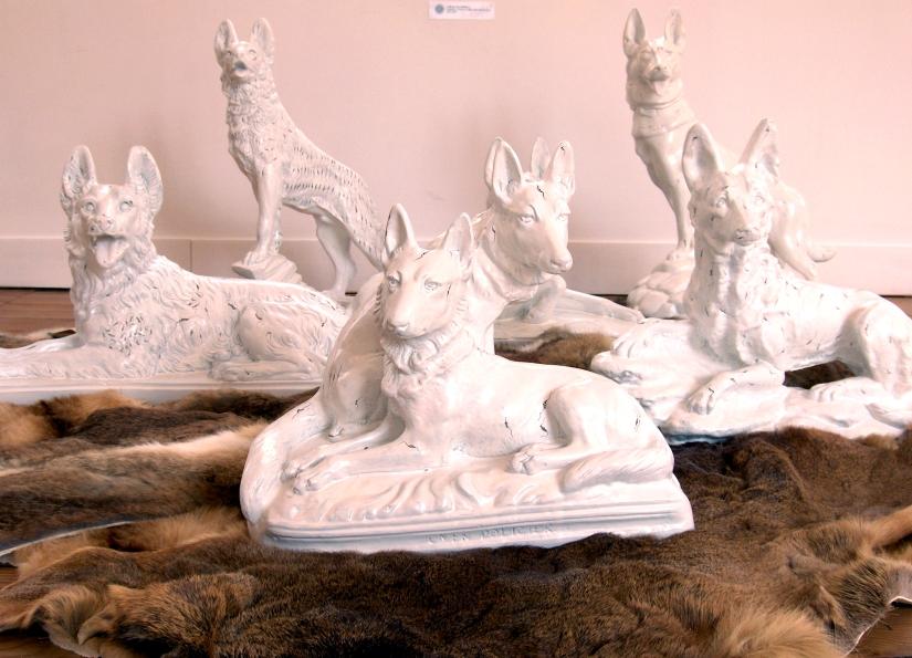 Nous, les chiens, Installation, chiens en plâtre peints et fourrures 2007 2008